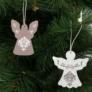 Kép 1/3 - Karácsonyfadísz - angyalka - akasztható - fa - 7 x 5 cm